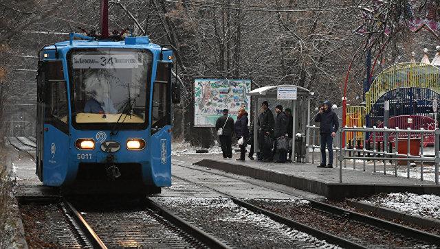 Пассажиры на платформе, оборудованной по венскому типу, на остановке Станция метро Партизанская на Измайловском шоссе