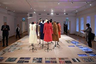 Посетители на выставке Система дизайна в СССР в центре моды и дизайна D3 в Москве. 21 ноября 2017