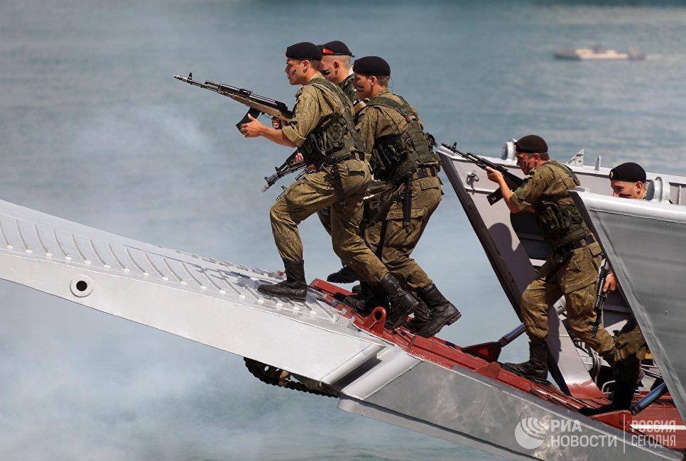 Показательные выступления морской пехоты на праздничных торжествах в День Военно-морского флота в Новороссийске