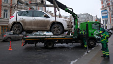 Эвакуация автомобиля на штрафстоянку за неправильную парковку в Москве. Архивное фото