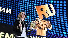 Начальник отдела общественно-политических проектов дирекции государственных интернет-проектов МИА Россия сегодня Мария Ферсман с призом в номинации Экология и окружающая среда за специальный проект Год экологии на торжественной церемонии вручения XIV Национальной премии за вклад в развитие российского сегмента сети Интернет - Премии Рунета 2017