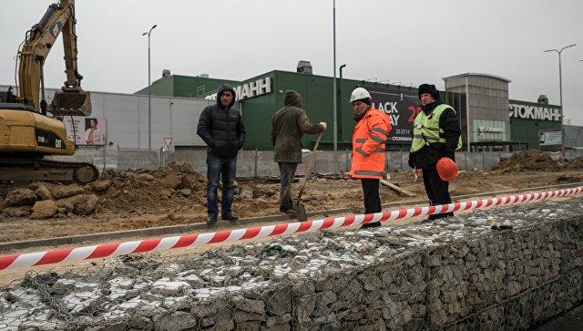 Автомобили экстренных служб на месте обвала грунта на территории ТЦ Мега Теплый Стан. 24 ноября 2017