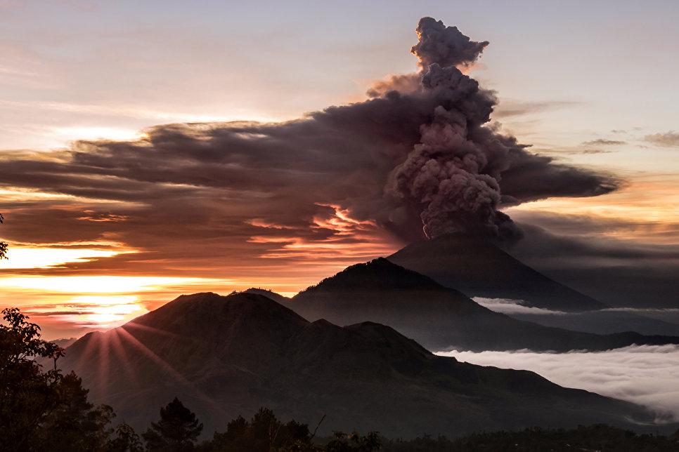 Извержение вулкана Агунг на острове Бали в Индонезии. 26 ноября 2017