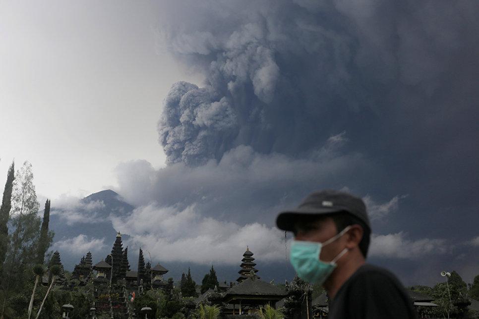 Извержение вулкана Агунг на острове Бали в Индонезии