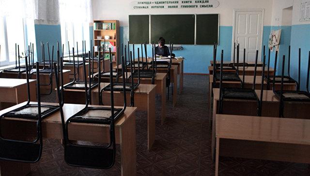 Преподаватель в школьном кабинете. Архивное фото