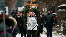 Похоронная процессия на церемонии захоронения капсулы с частью праха оперного певца Дмитрия Хворостовского на Новодевичьем кладбище в Москве. 28 ноября 2017