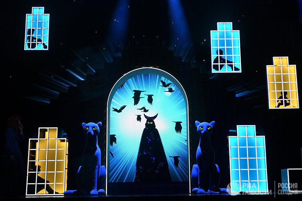 Актеры на прогоне спектакля Синяя синяя птица в постановке Олега Глушкова на сцене Государственного театра наций