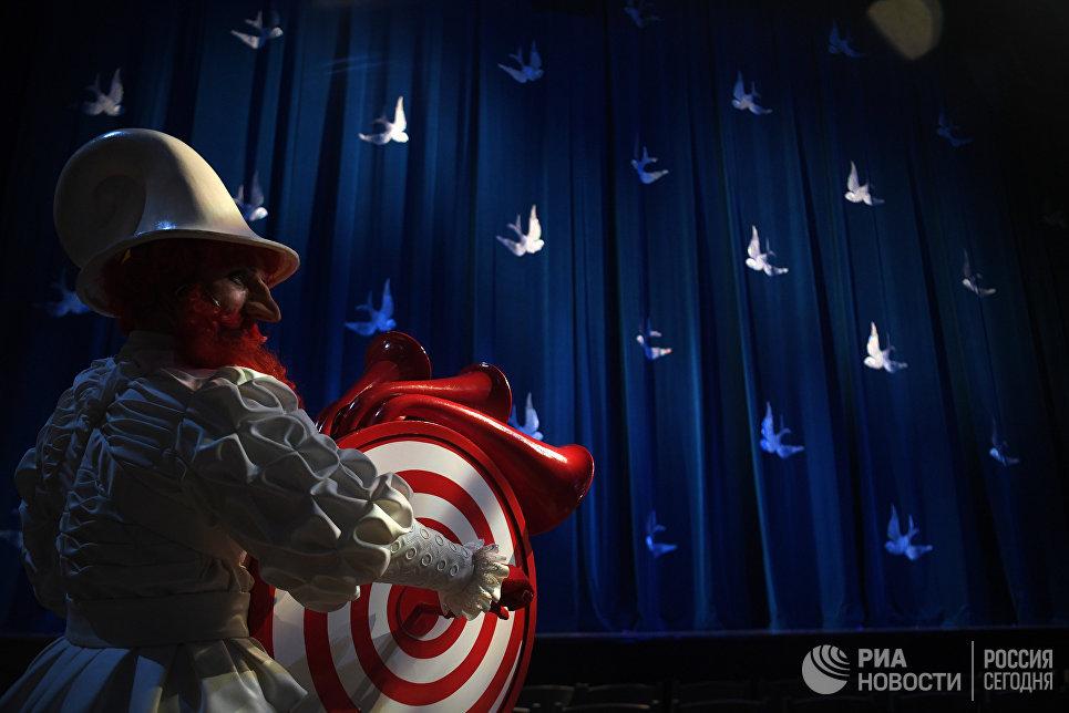 Актер на прогоне спектакля Синяя синяя птица в постановке Олега Глушкова на сцене Государственного театра наций