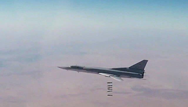 Дальний бомбардировщик Ту-22М3 наносит авиационный удар по объектам террористов в Сирии. Архивное фото