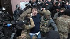 Саакашвили на крыше и стычка у автобуса: как политика отбили у силовиков