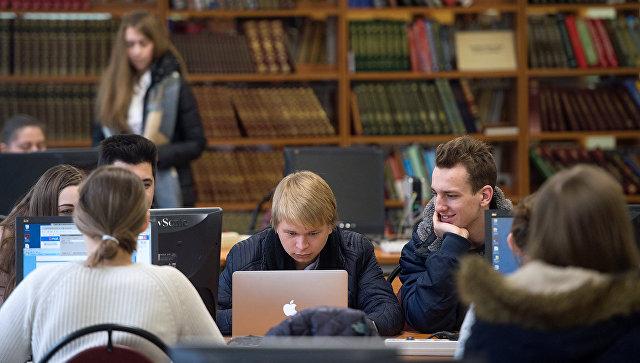 Студенты в библиотеке в Москве. Архивное фото