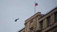 Вертолет пролетает над зданием Государственной Думы РФ