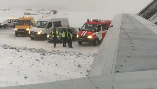 Экстренные службы у самолета авиакомпании AirBaltic, выкатившегося за пределы взлетно-посадочной полосы в аэропорту Шереметьево