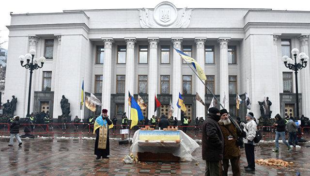 Активистка Femen, раздевшись, призвала Порошенко иСаакашвили «грести» сУкраины
