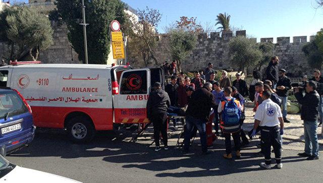 Скорая забирает участников акции протеста, пострадавших в столкновении с полицией в Иерусалиме