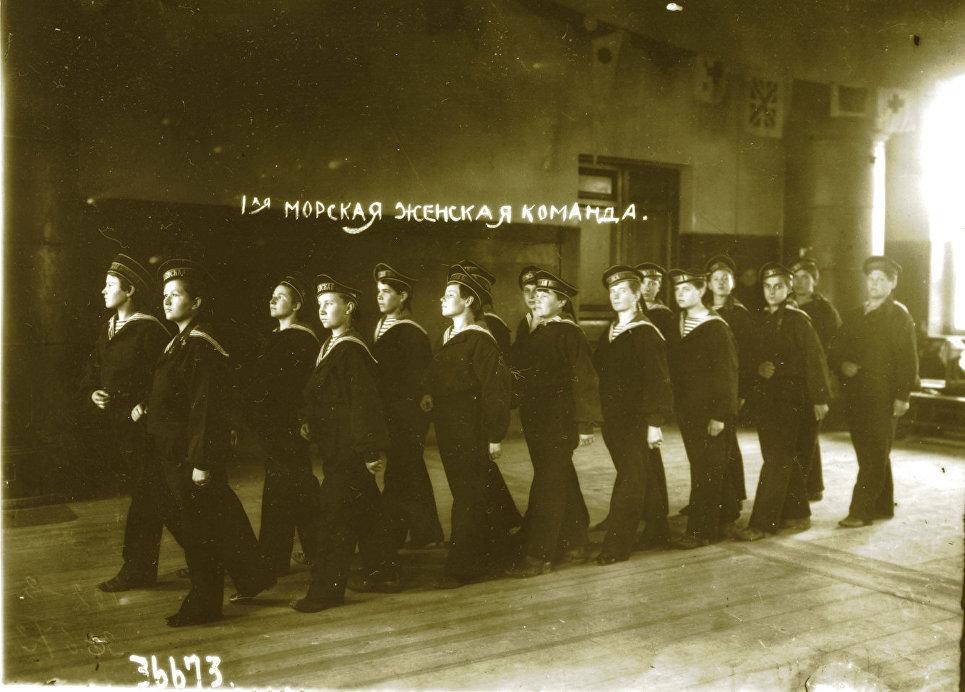 Строевые занятия Морской женской команды. Фотография Якова Штейнберга, 1917 г.