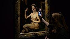 Девушка фотографирует картину Джулио Романо Дама за туалетом, или Форнарина. Архивное фото