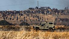 Военная машина во время протеста палестинцев в районе сектора Газа. 8 декабря 2017