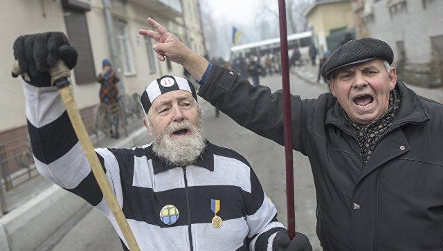 Протест сторонников бывшего президента Грузии Михаила Саакашвили на улице около полицейского участка, где он содержится, Киев, Украина. 9 декабря 2017