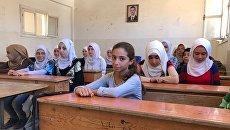 Ученицы на уроке русского языка в школе для девочек в сирийском Дейр-эз-Зоре. Архивное фото