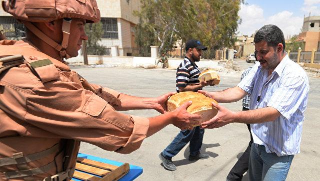 Раздача хлеба российскими военнослужащими в Сирии. Архивное фото