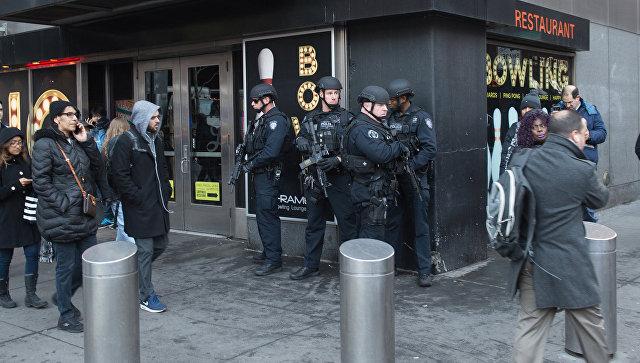 Полицейские в центре Манхэттена после сообщения о взрыве. 11 декабря 2017