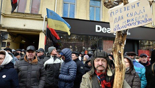 Участники акции в поддержку Михаила Саакашвили у здания Печерского районного суда в Киеве.  11 декабря 2017