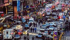 Полицейские у автовокзала Порт-Аторити в Нью-Йорке после сообщения о взрыве