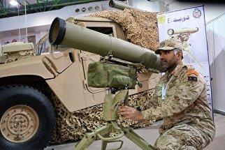 Военнослужащий армии Кувейта возле российского экспортного варианта переносного противотанкового ракетного комплекса Корнет-Э на международной выставке вооружения и военной техники Gulf Defence & Aerospace-2017 в Эль-Кувейте