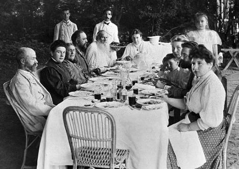 Лев Толстой среди родных и друзей в Ясной Поляне