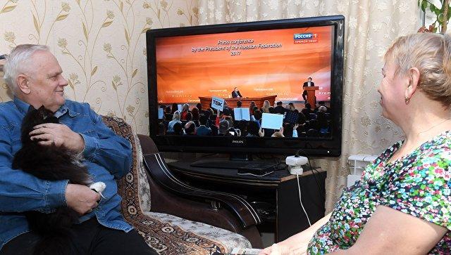 Семья пенсионеров в Казани смотрит по телевизору трансляцию пресс-конференции президента РФ Владимира Путина. 14 декабря 2017