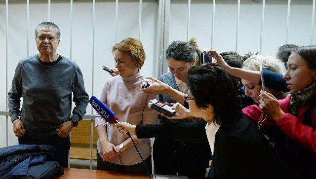 МВД проверяет факт потасовки между репортерами наоглашении вердикта Улюкаеву