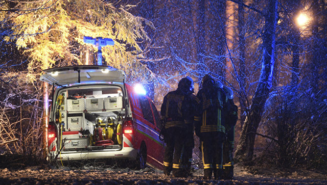 Спасатели на месте крушения частного самолета Cessna на юге Германии. 14 декабря 2017