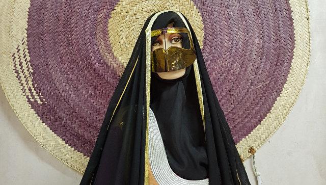 Традиционная женская повседневная одежда с буркой в ОАЭ. Архивное фото