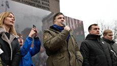 Экс-президент Грузии и бывший губернатор Одесской области Украины Михаил Саакашвили (третий справа) выступает на митинге в центре Киеве за принятие закона об импичменте украинского президента Петра Порошенко.