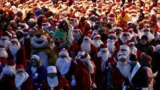 Участники во время праздничного шествия Дедов Морозов в Рыбинске