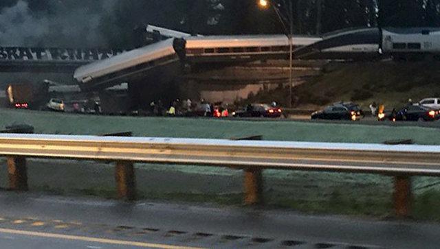 Вагоны поезда рухнули нашоссе вСША, среди пострадавших большое количество автомобилистов