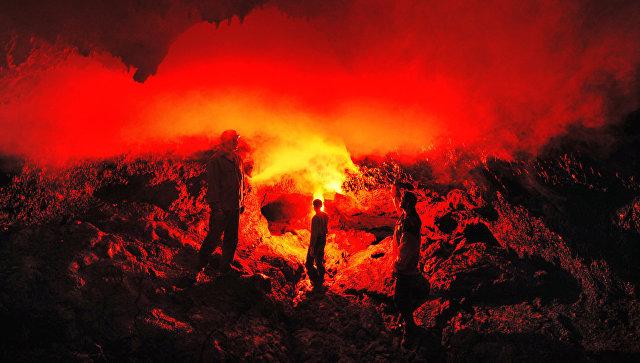 Огненная лава вулкана. Архивное фото