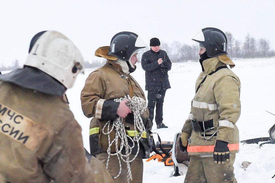 Сотрудники МЧС на месте падения самолета в Нарьян-Маре. 19 декабря 2017