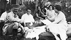 Иосиф Виссарионович Сталин с женой Надеждой Аллилуевой и друзьями на отдыхе. Архивное фото