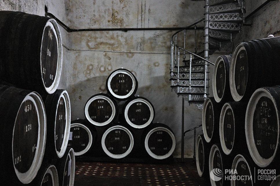 Дубовые бочки для выдержки вина марки «Херес» в подвале одного из филиалов винзавода «Массандра».