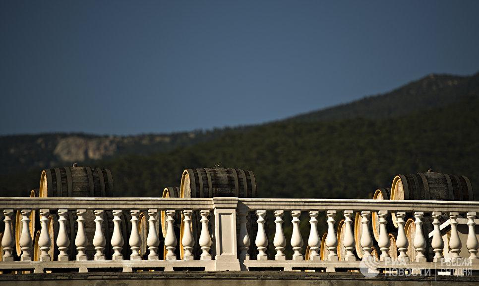 Дубовые бочки для вызревания вина марки «Мадера» на винодельческом предприятии «Массандра».