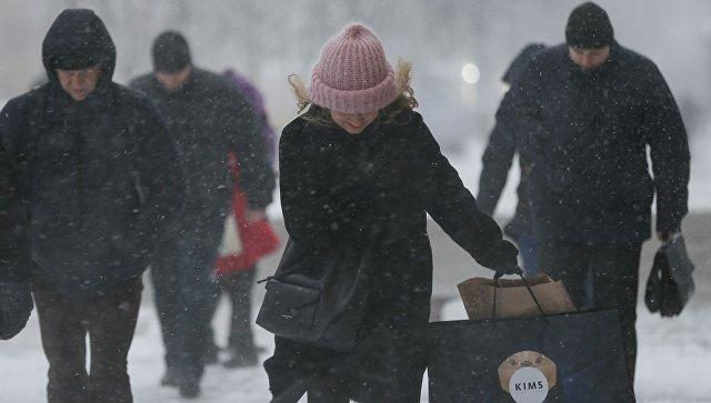 Прохожие во время снегопада в Киеве