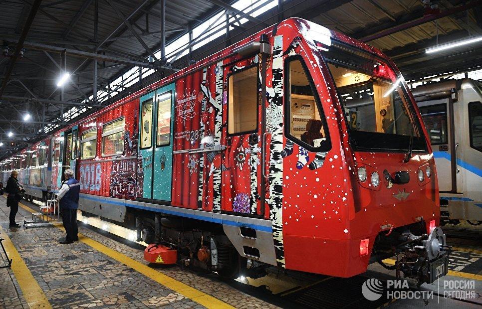 Вмосковском метро запустили рождественский поезд