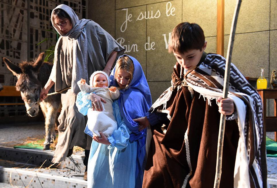 Дети разыгрывают рождественскую сценку в церкви Сен-Либуар в Ле-Мане на западе Франции
