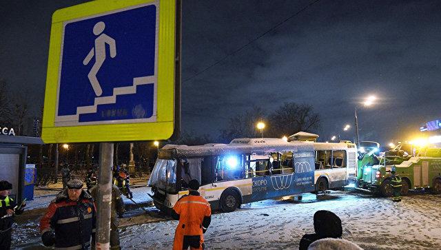 Автобус въехал в подземный переход у станции метро Славянский бульвар. 25 декабря 2017