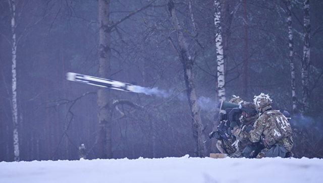 Американские военные производят выстрел из противотанкового ракетного комплекса (ПТРК) Javelin