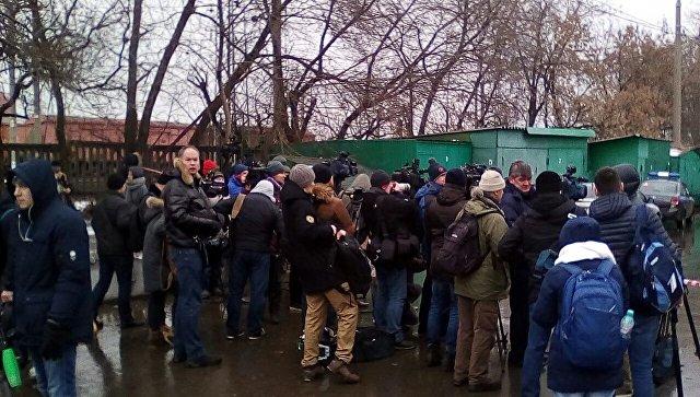 Журналисты на месте стрельбы в здании фабрики Меньшевик