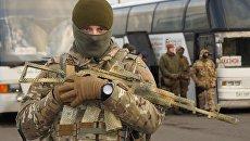 Украинский военнослужащий во время обмена пленными между ЛНР и ДНР и Киевом между поселками Майорск и Горловка. 27 декабря 2017