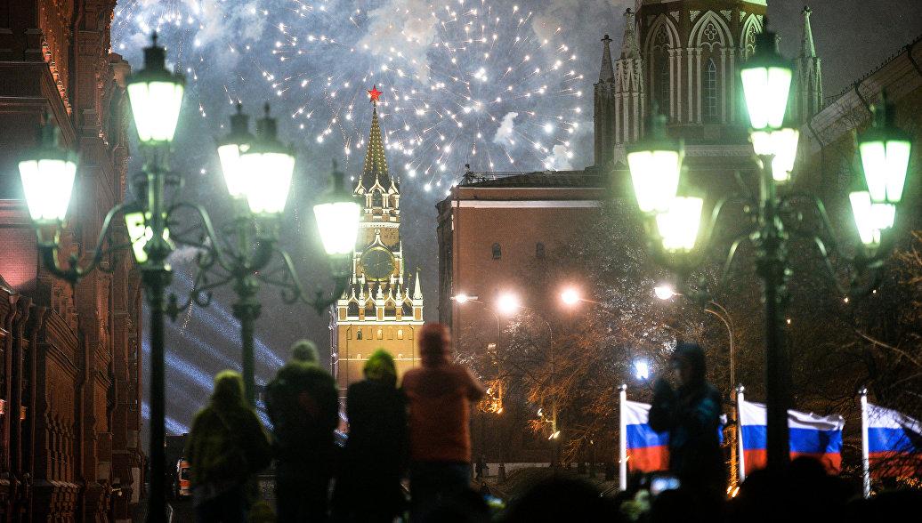 Жители Москвы и туристы во время празднования Нового года в Москве. Архивное фото